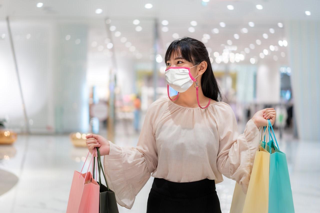 mund-nasen-maske-mit-halterung-beim-einkaufen